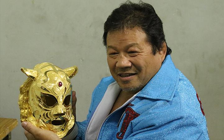 純金マスクを手に撮影する藤波辰爾選手