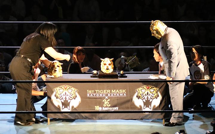 純金マスクを眺める初代タイガーマスク