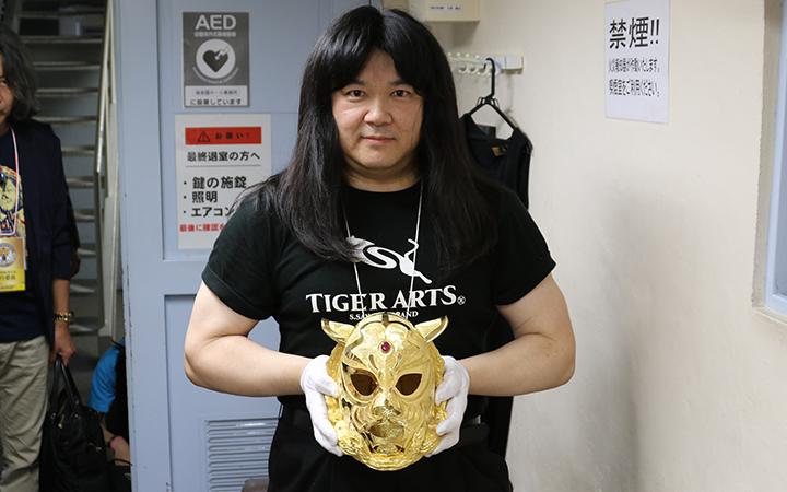 純金マスク5kgを持つ中村之洋さん
