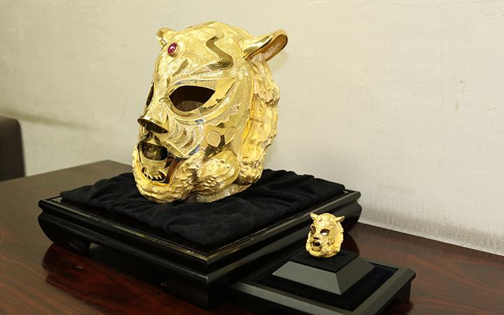 並んで配置される純金マスクと純金マスクミニ