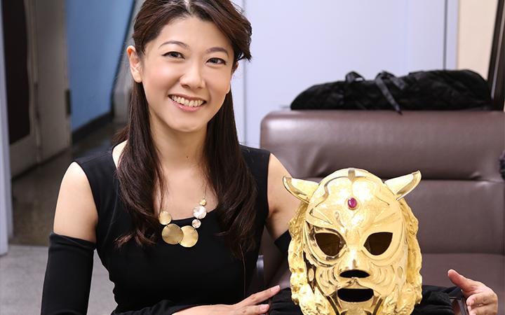 純金ゴールドマスクと2ショットの大橋ひろこさん