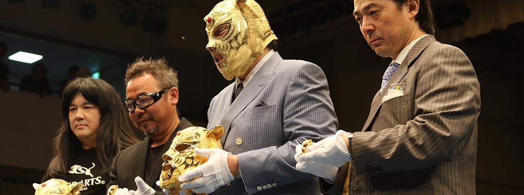 6,000万円の純金タイガーマスクお披露目