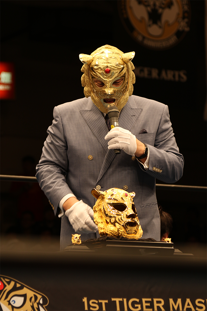 純金マスクの感想を述べる初代タイガーマスク