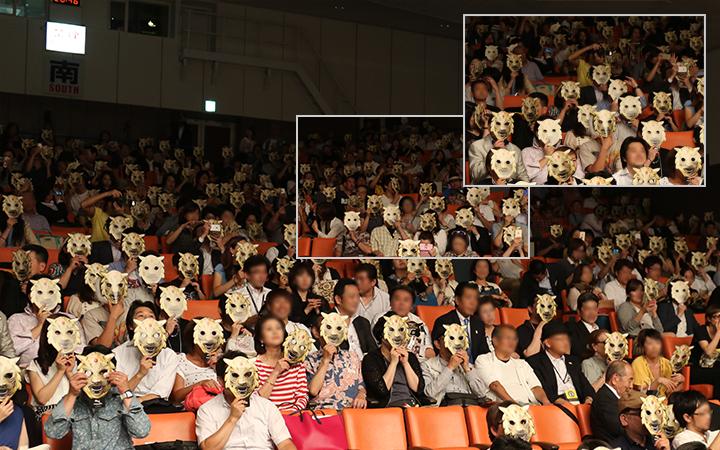 会場全員でタイガーマスクお面を着けて撮影